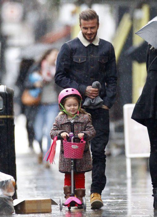 David Beckham con su hija en un patín del diablo