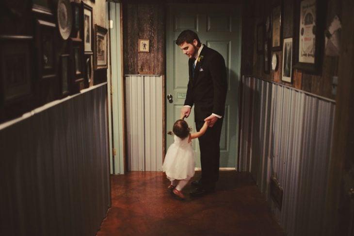 papá bailando con su pequeña hija