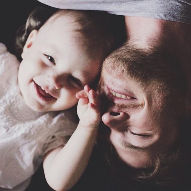 padre con su pequeña bebé sonriendo