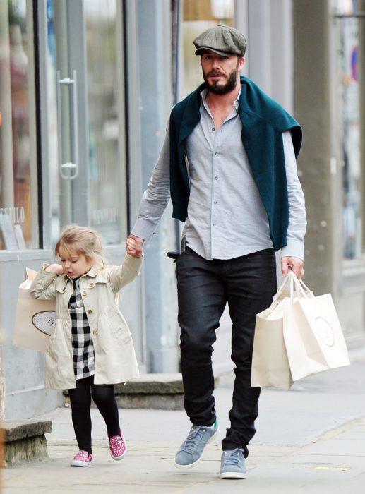 papá e hija pequeña de compras