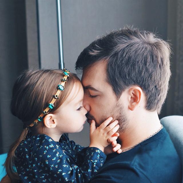 Padre e hija abrazados tiernamente