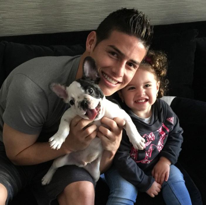 James Rodríguez con su perro y su hija