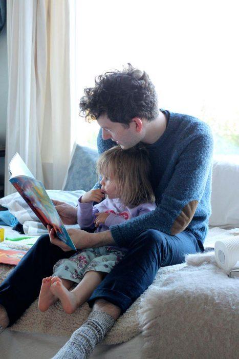 padre leyendo un cuento a su hija pequeña