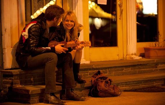 pareja de novios sentados cantando y tocando el ukelele