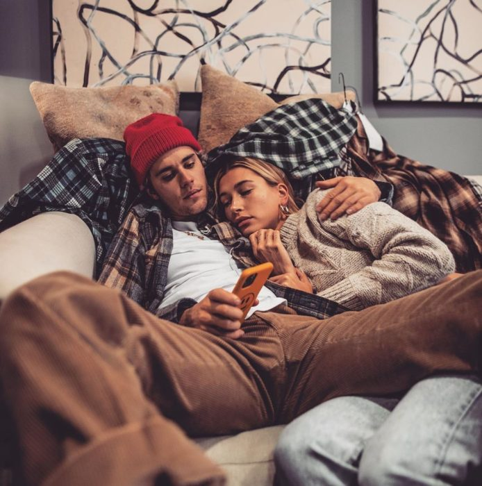 justin bieber y hailey baldwin acostados en el sofá