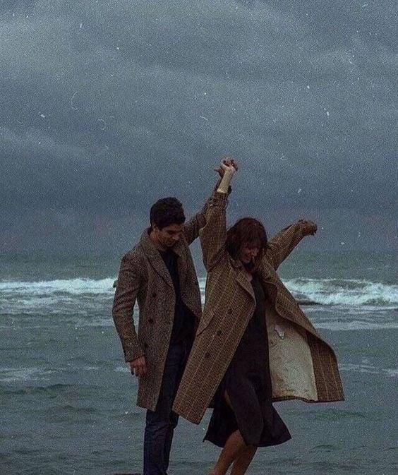 pareja bailando frente al mar