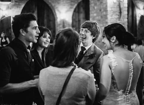 amigos riendo y disfrutando en una boda