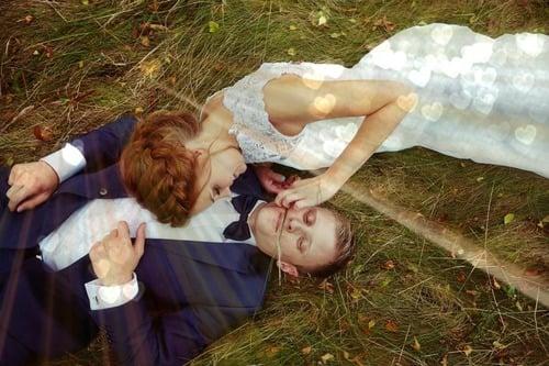 novios acostados en el pasto descansando
