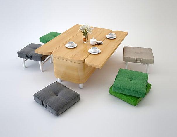 mesa de madera con pequeñas sillas de color gris y verde