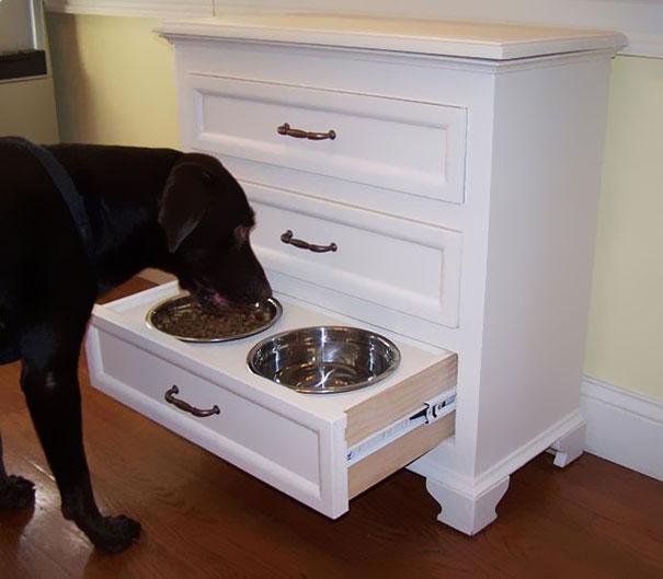 mueble para que los platos del perro no se encuentren en el suelo