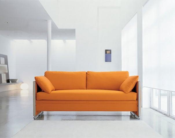 sillón de color morado ubicado en una sala de estar