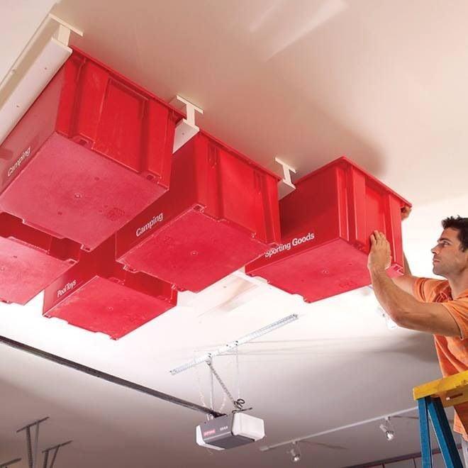 hombre sosteniendo cajas que se deslizan en el techo