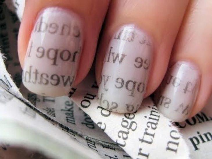 Uñas pintadas con papel de periódico