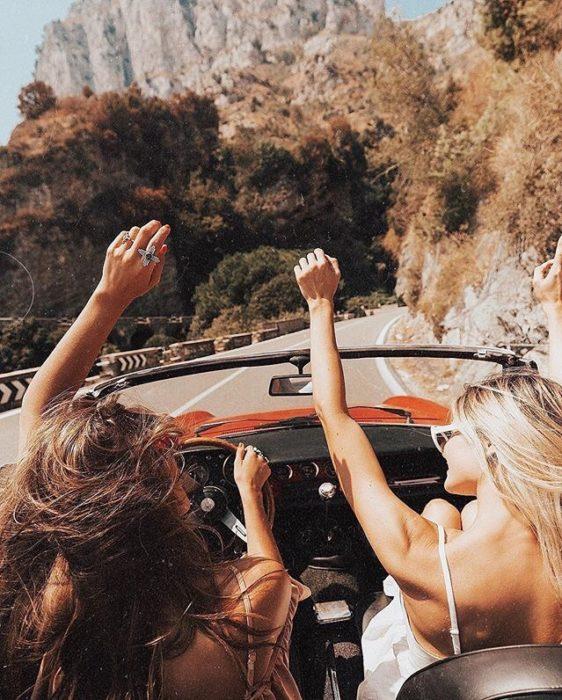 Chicas cantando en el carro con el cabello suelto