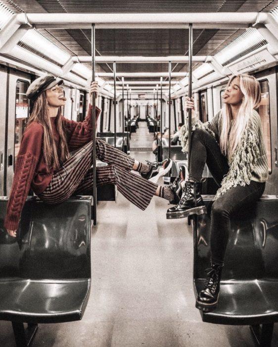 Chicas fashion en el metro