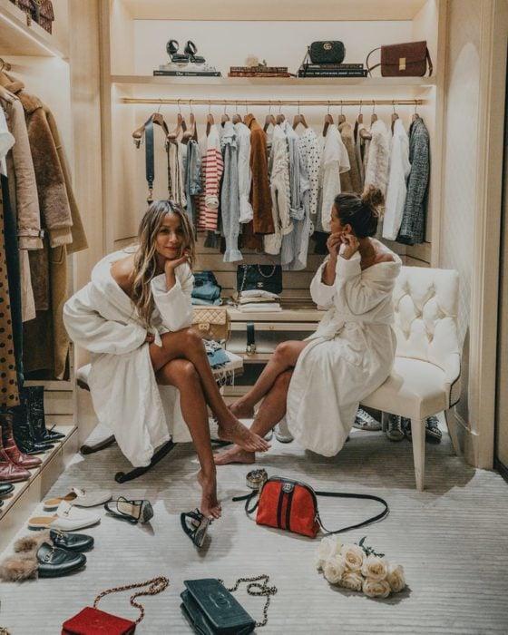 Chicas probándose ropa en closet gigante