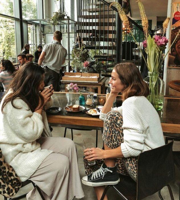 Chicas tomando café y platicando