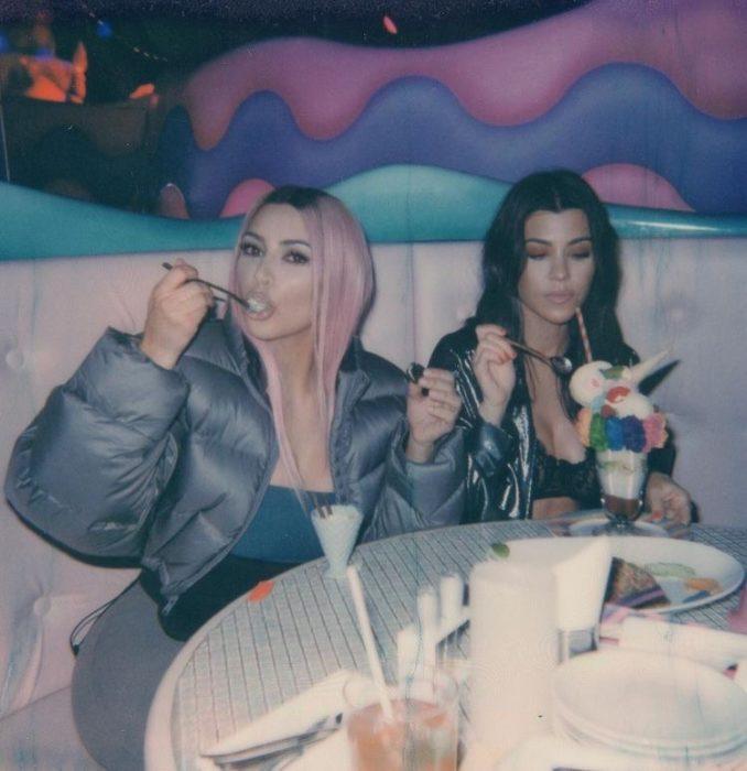 kim y kourtney kardashian comiendo helado