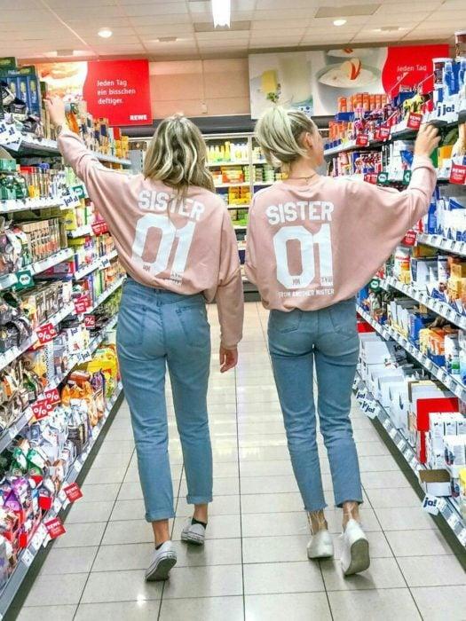 Chicas con outfits iguales en el supermercado