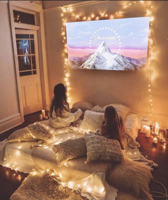 Hermanas viendo películas
