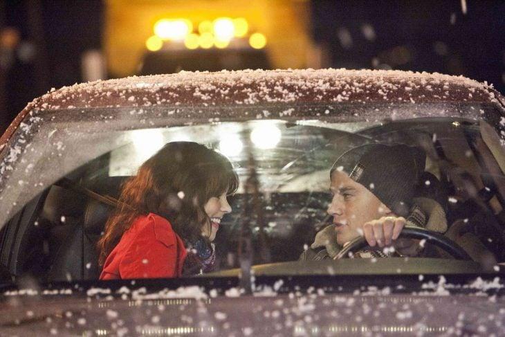 personas dentro de un carro conversando mientras cae la nieve