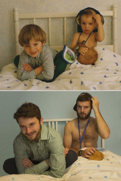 Hermanos Luxton sentados en la cama