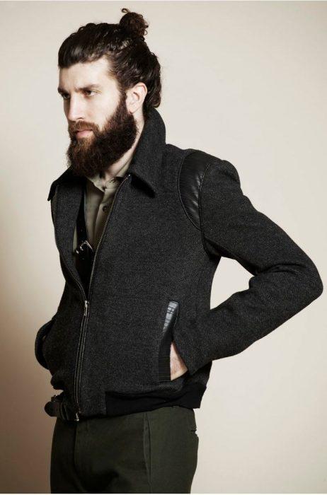 Hombre elegante con barba y cabello agarrado