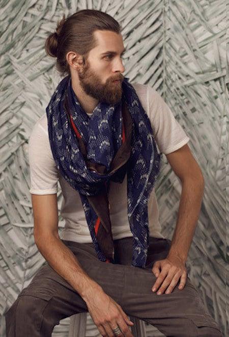 Hombre con barba, chongo y bufanda