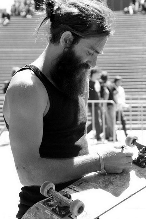 Skater con barba y chongo