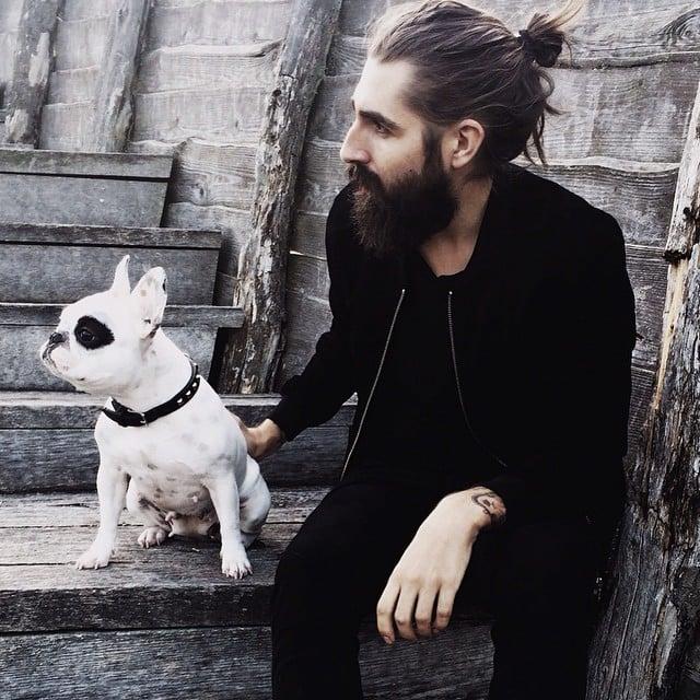 Hombre con cebollita en el cabello junto a su perro