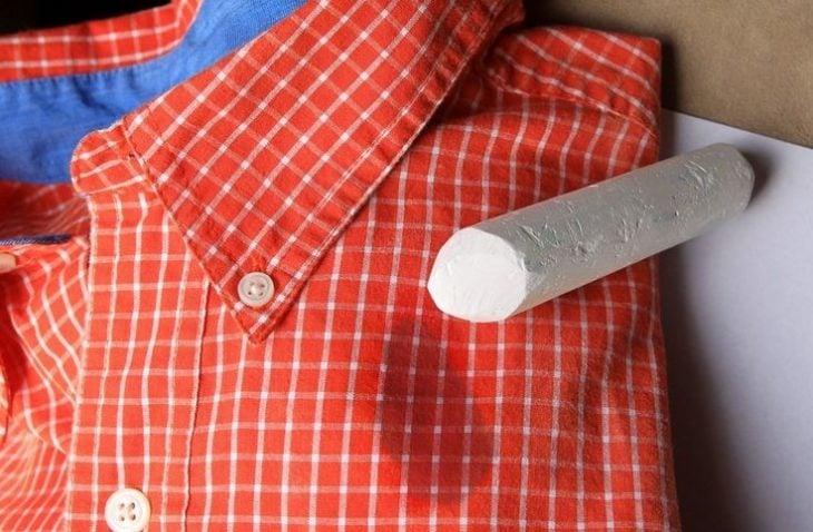 Tiza sobre una camisa cuadrada