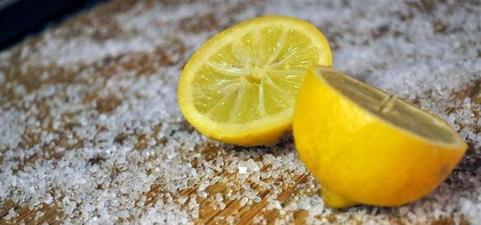 Tabla de cortar con limón y sal