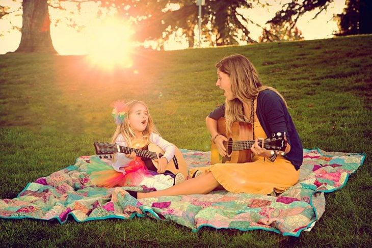 mamá e hija tocando la guitarra