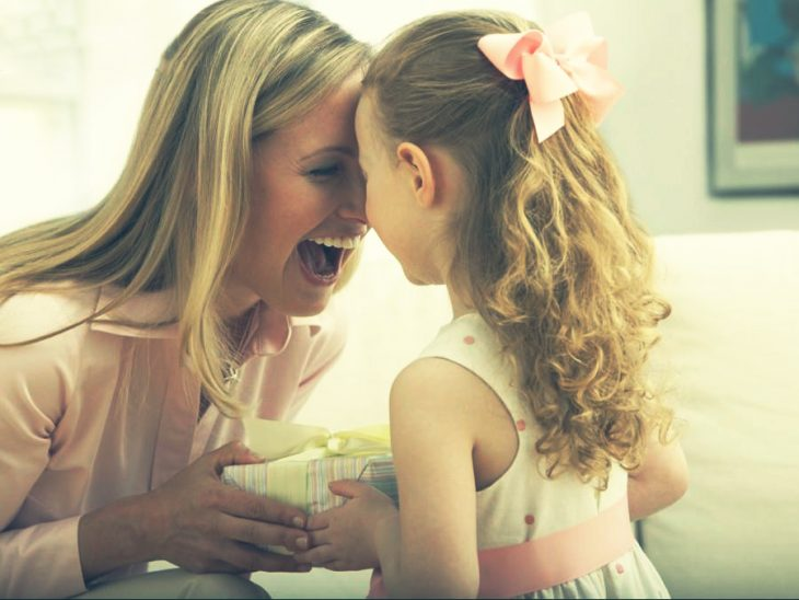 hija dandole regalo a mamá
