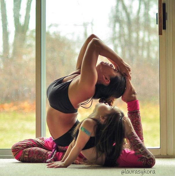 Madre e hija con un pie sobre la cabeza (yoga)
