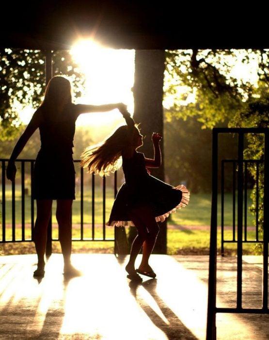 mamá bailando con su hija