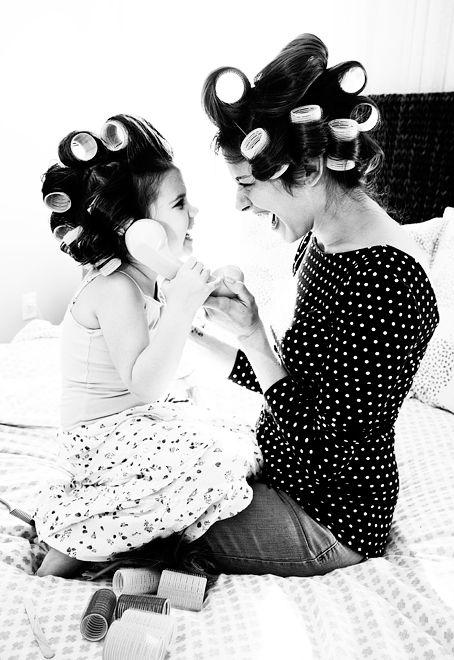 mamá e hija con tubos para chinos en la cabeza
