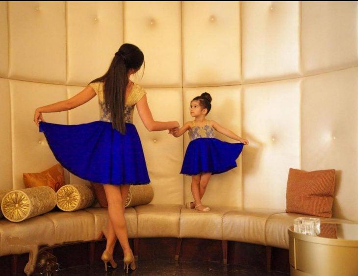 Madres e hijas vestidas igual y agarradas de la mano