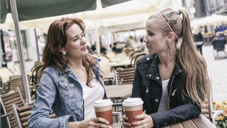Madre e hija tomando un café
