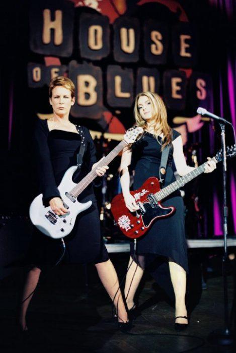 Madre apoyando a su hija en su concierto de rock