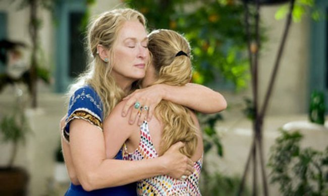 Madre dando un abrazo a su hija