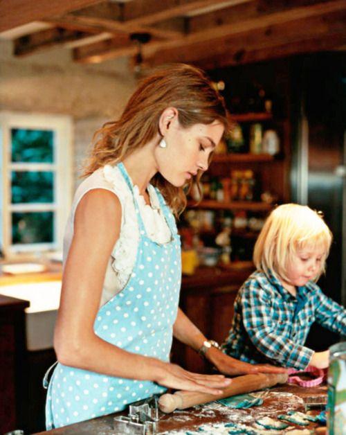 mamá cocinando con su hijo