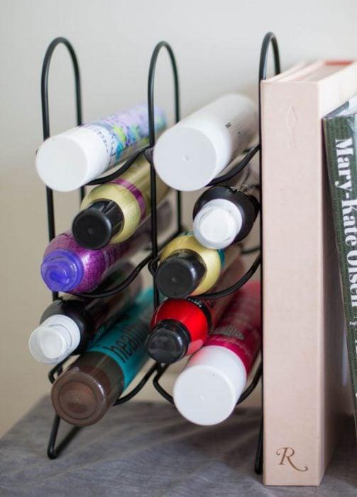 Estante de vino con productos para el cabello
