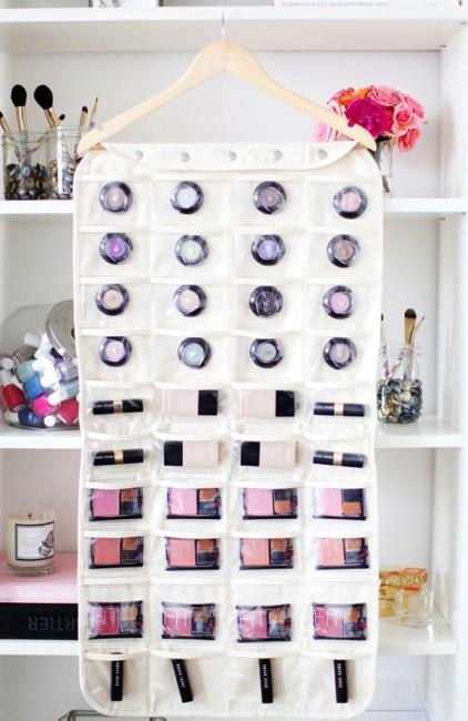 de tus productos de maquillaje y colócalos sobre un tablero de