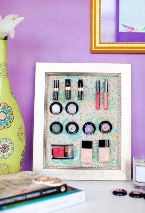 Tablero de metal para organizar los productos de maquillaje