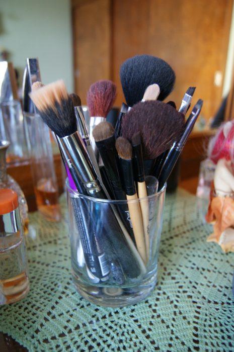 Vaso con brochas para maquillar