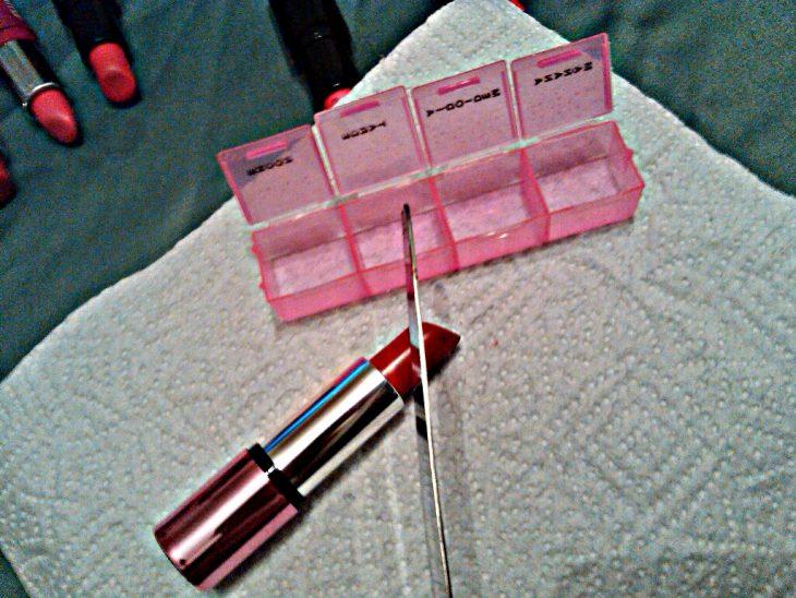 Corta la barra de labios y guárdala en un pastillero