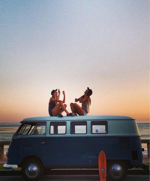 Amigas en una van
