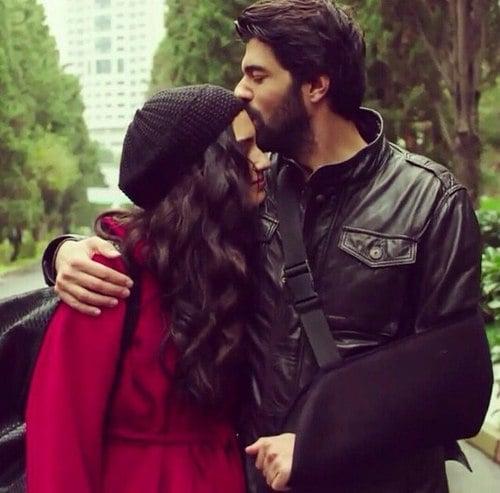 hombre besando a su mujer en la frente porque se va a trabajar