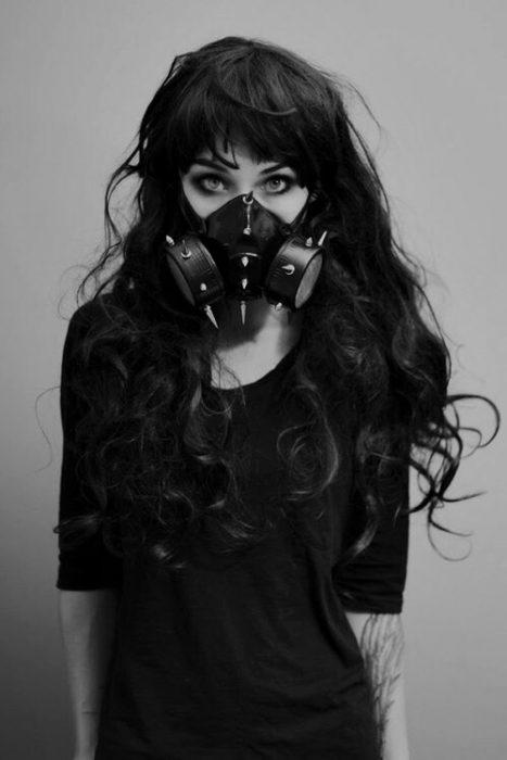 Foto en blanco y negro de mujer con mascara de gas